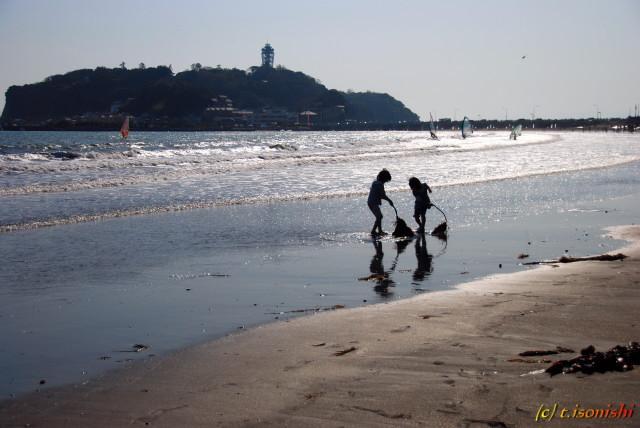 海岸で遊ぶ少女達(2008/3/16)