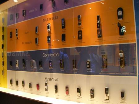 サムスン携帯電話壁一面にぎっしり展示
