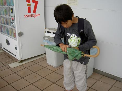 傘をたたむ練習
