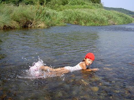 川につかる