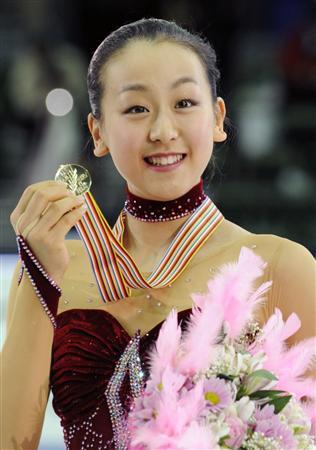 17歳、浅田真央が初優勝 金メダル手に笑顔の浅田(共同通信)