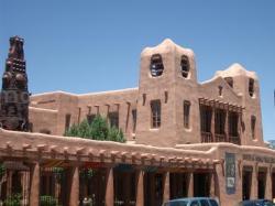 教会前の建物