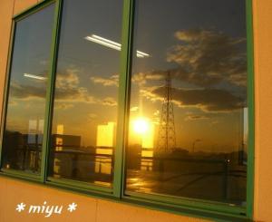 窓の向こうに夕焼け*