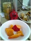 マンゴ食べる女