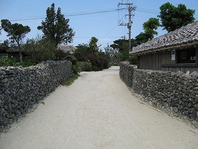 石垣が旅情を感じさせる竹富島の集落