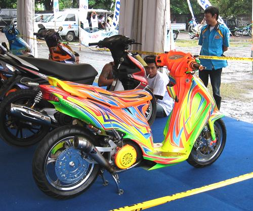 バイク・蛍光色のド派手