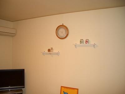 時計もあれこれ見て買ったもの。下にあるのはやはりお気に入りのポスター♪