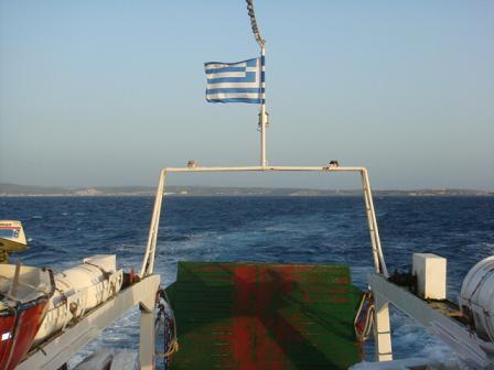 フェリー後部にはギリシア国旗が・・・