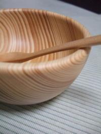 木の食器とスプーン