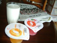 ある日の朝食 ゼリーdeゼロと牛乳
