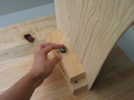 2008年6月17日新ワイルドログテーブルの組立方法?天板と足を金具で固定します。