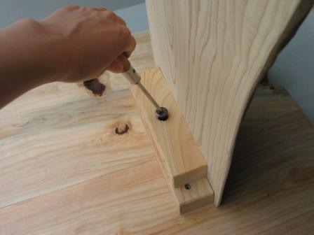 2008年6月17日新ワイルドログテーブルの組立方法?天板と足を金具で固定します。最後はプラスドライバーでかっちり締めます。