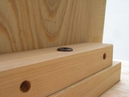 2008年6月17日新ワイルドログテーブルの組立方法?天板と足を金具で固定します。こんな程度まで。
