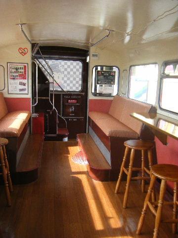 赤バスの内部。