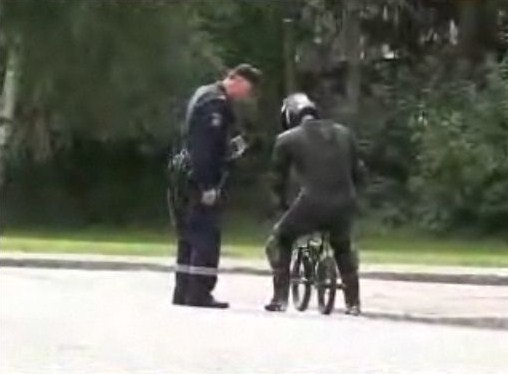 自転車で走ってたら捕まった。