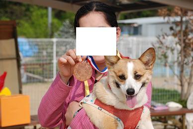 メダルの裏側に名前が刻まれるそうな