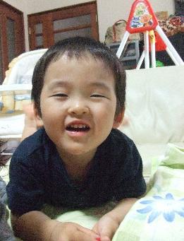 YOSHI 作り笑顔