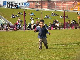 オランダの公園で遊ぶ息子