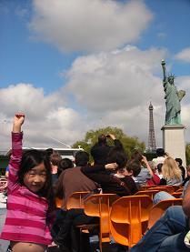 エッフェル塔と自由の女神像と娘