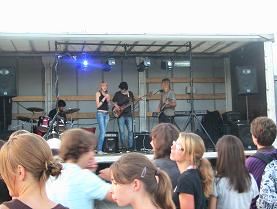 村の高校生ロックバンド