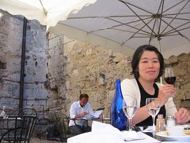 中世の壁に囲まれた中庭で食事