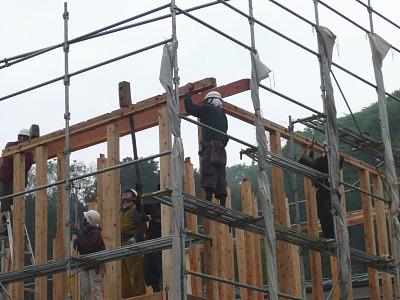 雨の中の建方作業
