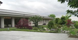 入口前の庭