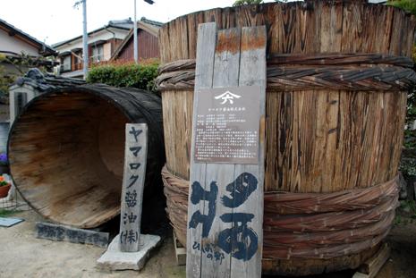 ヤマロク醤油の樽
