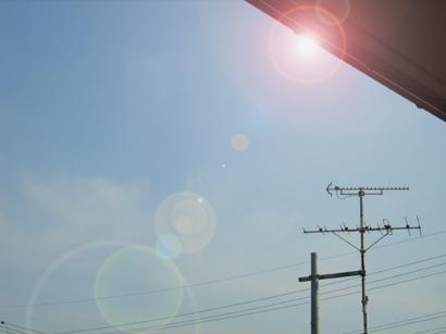 ベランダから見上げた空で人工的な逆光