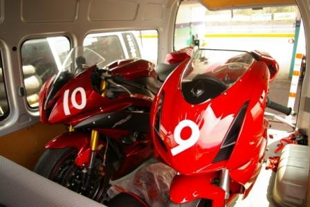 赤いバイク兄弟