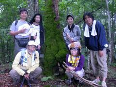 ◆コケの木の前で記念写真