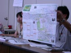 広報課・地図を見せる職員