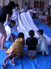 布を広げる