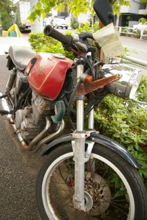 朽ち果てたバイク