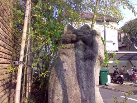 石の招き猫