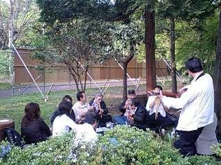 080427_1632~0001石神井公園で音楽を楽しむ方々