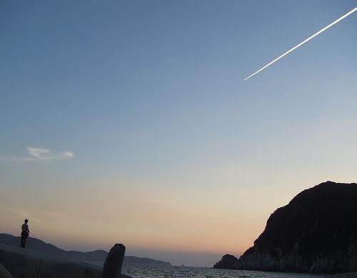 7夕日と飛行機雲