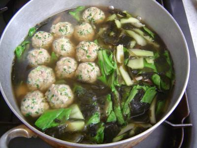 餃子団子入り野菜とわかめのスープ