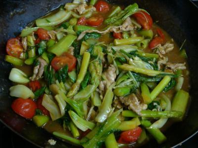 野菜のカレー風味炒め作成中