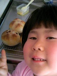桜の花びら酵母パン焼けた②