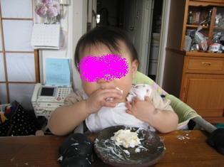 ケーキをぱくり
