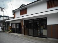 石畳の商店街に白壁の商店が並びます その一角に佐藤活版所があります