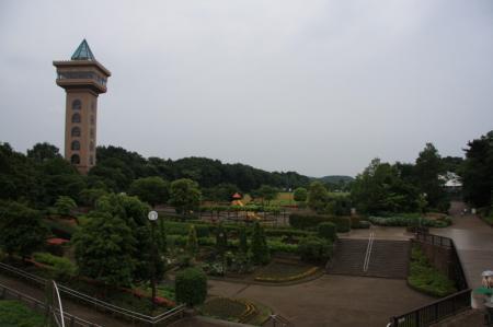 グリーンタワーと芝生広場方面