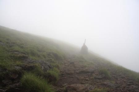 霧の中に浮かびあがるケルン