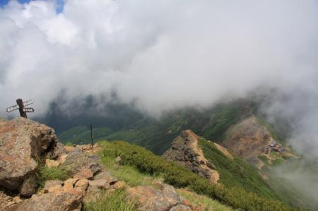 山頂から展望荘を見下ろします。