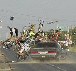 自転車に乗った選手を跳ね飛ばす車の写真