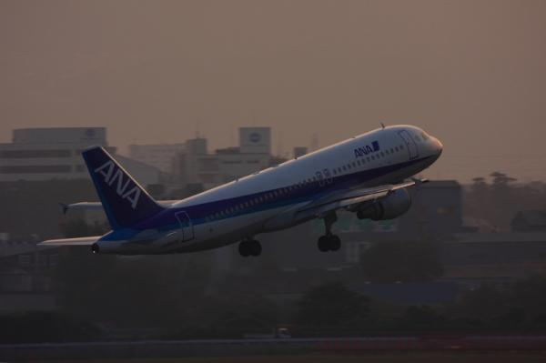 ANA A320 NH527@ラ・ソーラ(by 40D with EF100-400)