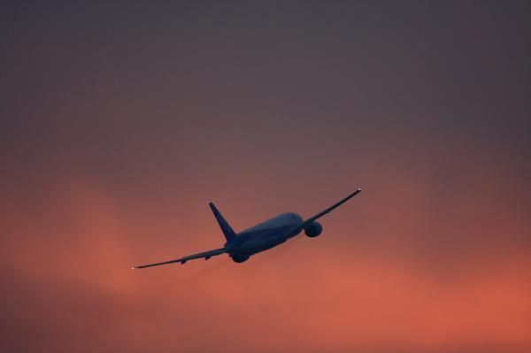 ANA B777-281 NH38@ラ・ソーラ(by 40D with EF100-400)