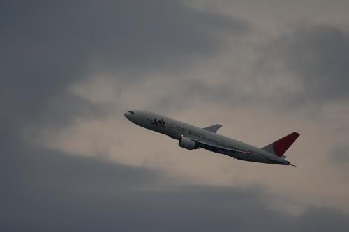 JAL B777-246 JL130@自宅2階(by EF100-400)