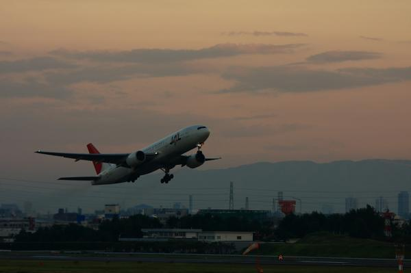 JAL B777-246 JL130@下河原緑地(by 40D with EF100-400)